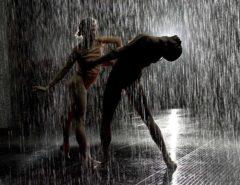Táncosok a szürke esőben